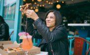 Kvinne som spiser pizza